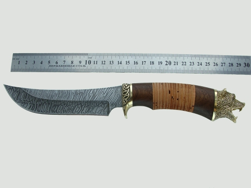 Нож Лось с бронзовым литьем из дамасской стали рядом с линейкой для лучшего восприятия размеров ножа.
