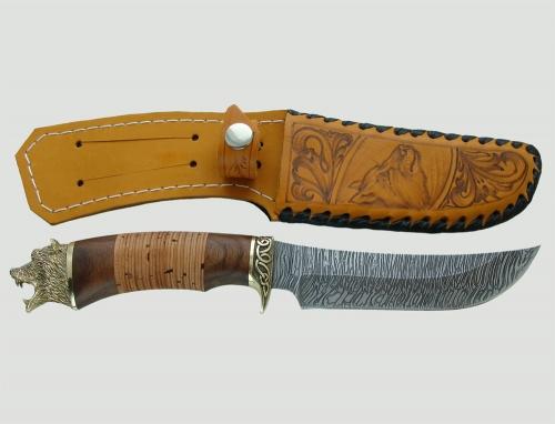 Нож Лось с бронзовым литьем из дамасской стали рядом с чехлом, входящим в комплектацию ножа.